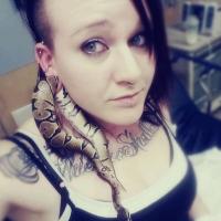 A moça da cobra presa na orelha.