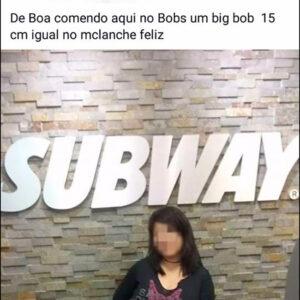 Uma mulher indecisa comendo