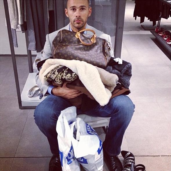 homens esperando suas mulheres nas compras (1)