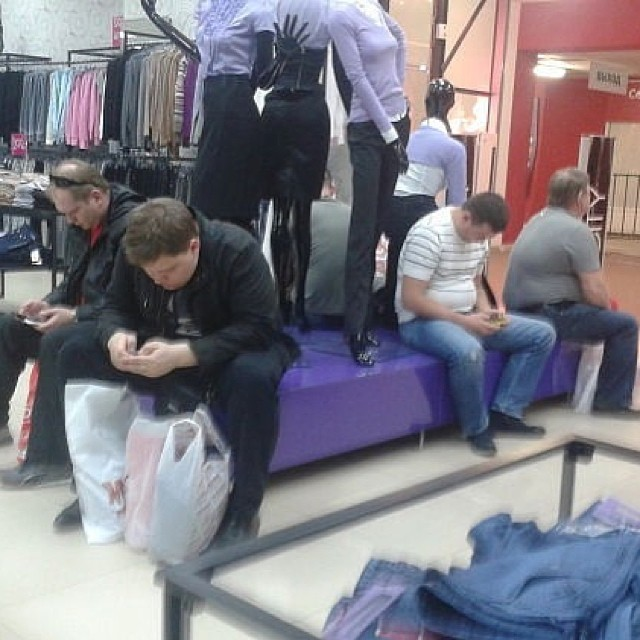 homens esperando suas mulheres nas compras (10)