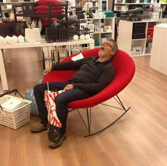 homens esperando suas mulheres nas compras (2)