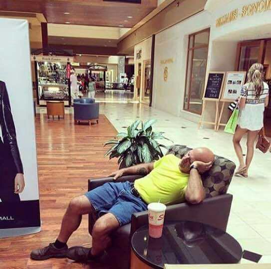 homens esperando suas mulheres nas compras (3)
