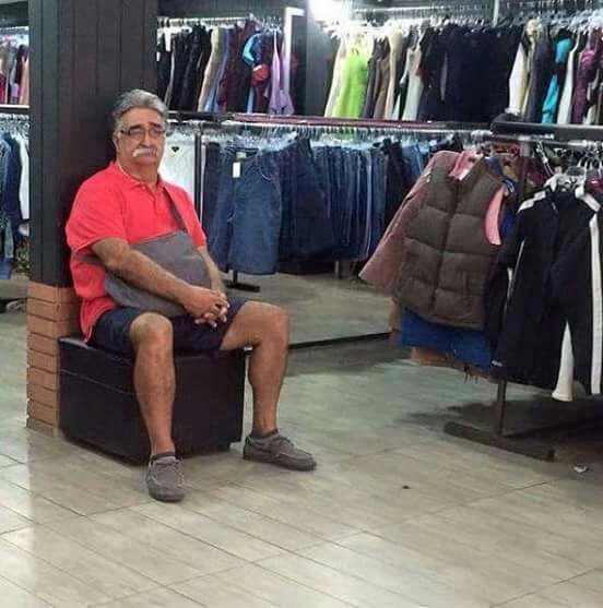 homens esperando suas mulheres nas compras (4)