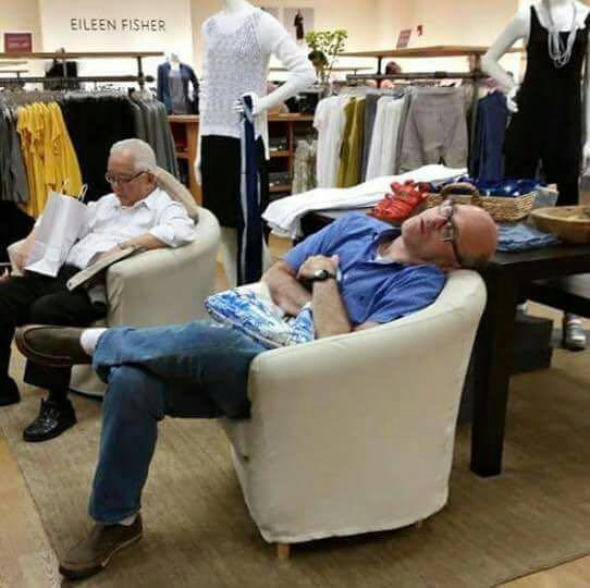 homens esperando suas mulheres nas compras (5)