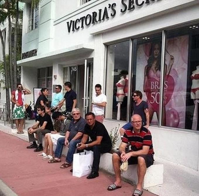 homens esperando suas mulheres nas compras (6)