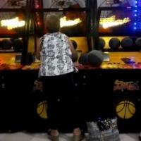 A vovó que simplesmente arrasa na máquina de basquete.