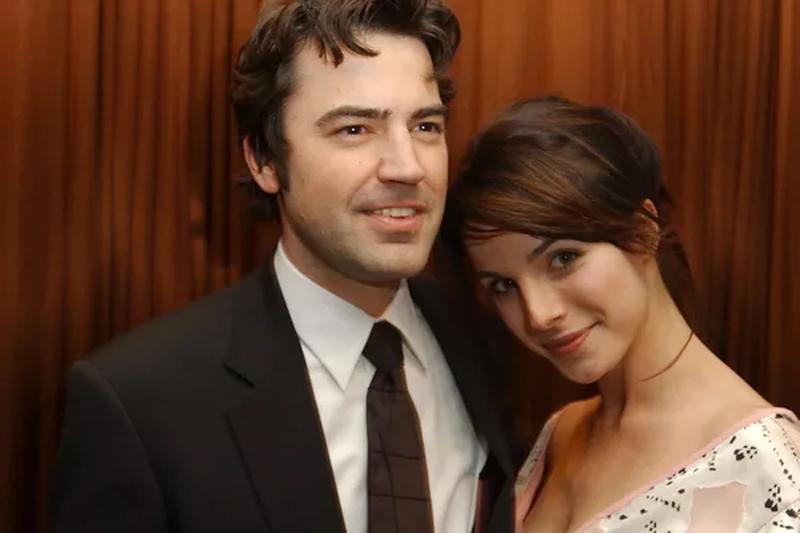 A atriz Lisa Sheridan quando estava noiva do ator Ron Livingston (Foto: Getty Images)