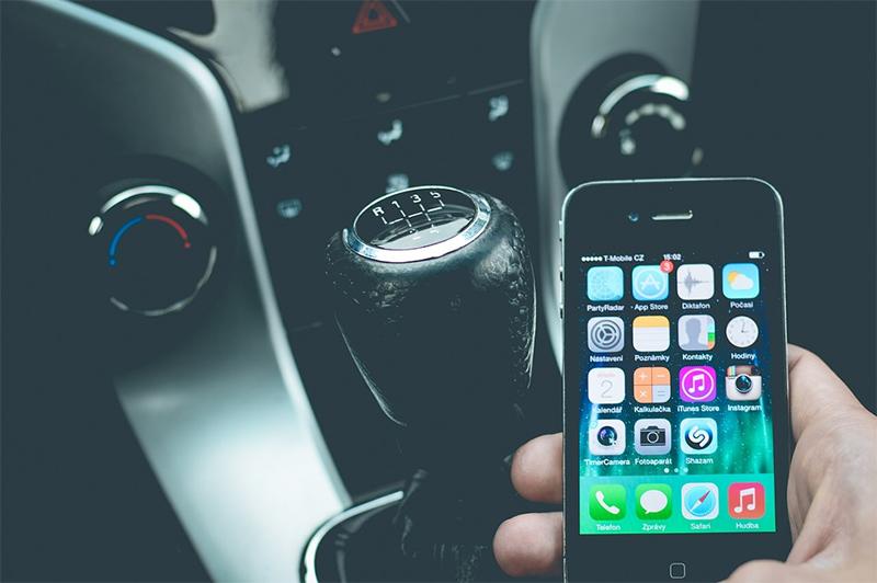 dirigindo e usando o celular