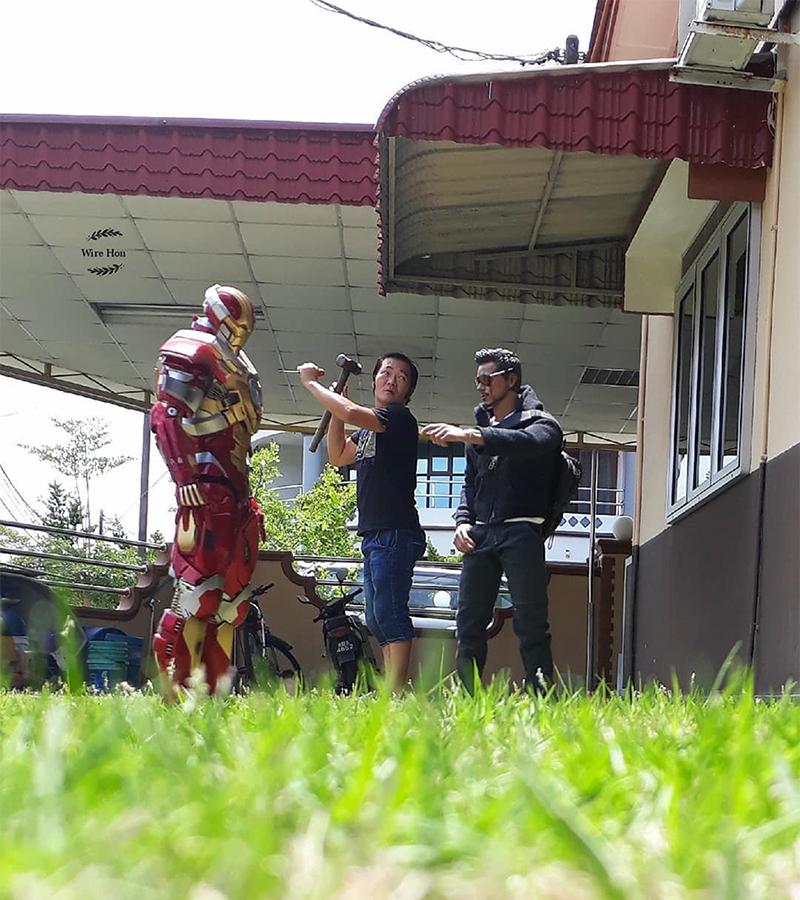 artista tira fotos engraçadas com heróis de brinquedo