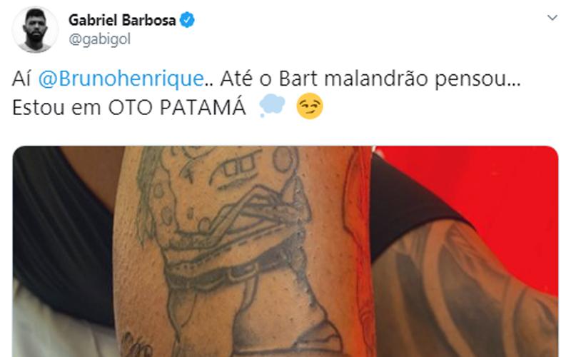 """Gabigol brinca com Bruno Henrique e mostra nova tatuagem que está em """"oto patamá"""""""
