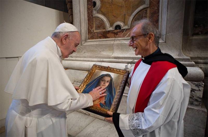 Papa Francisco aprecia os detalhes da obra