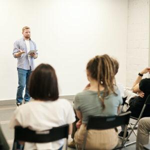 Como falar em público? 8 dicas para melhorar a sua oratória