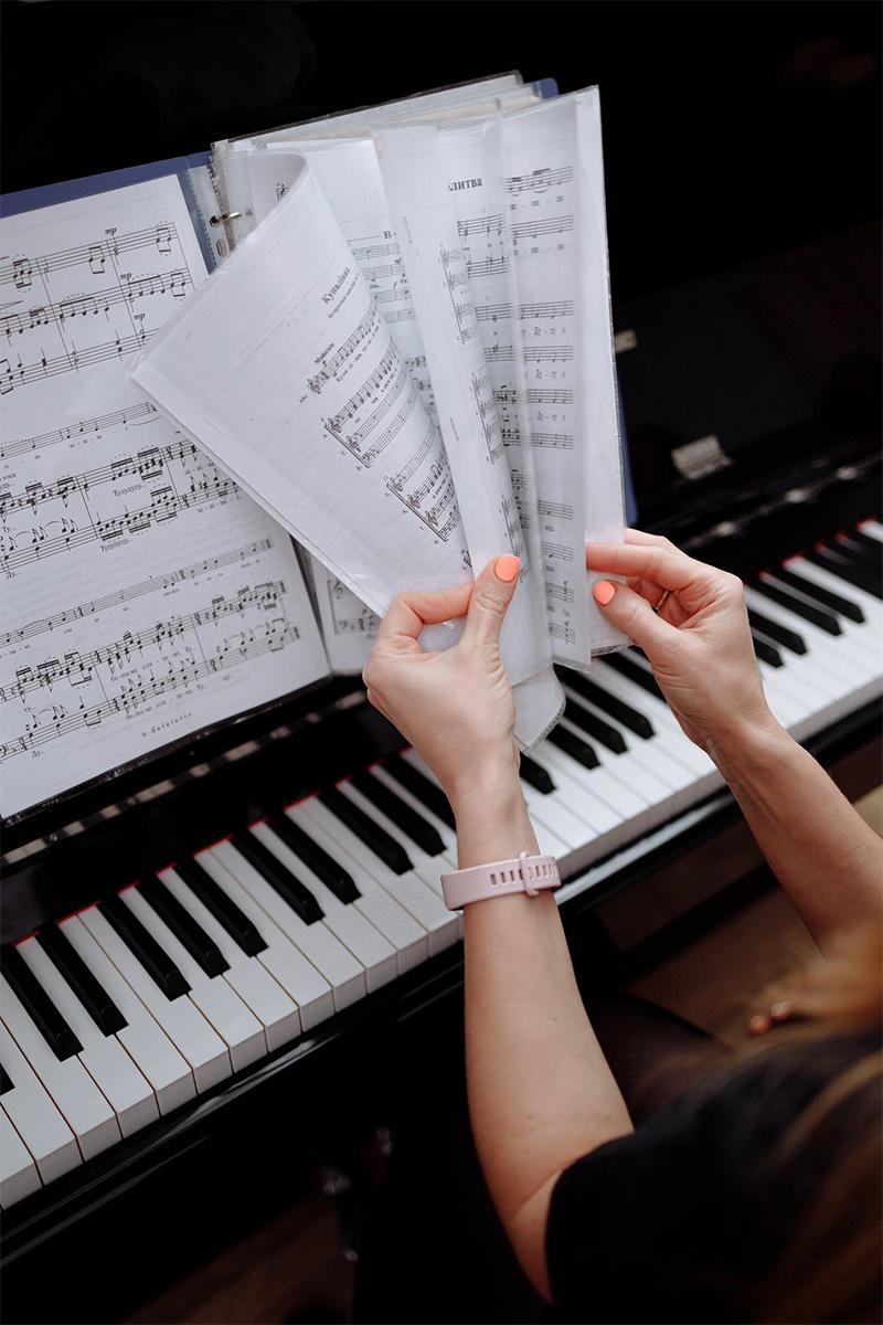 tocar instrumento